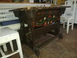 Bölcsős, festett paraszt asztal XIX. század vége.