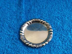 Rózsadíszítéssel a szélén ezüst gyűrűtartó tálka