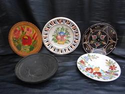 5 db népi tányér, falitányér, különböző színekben és méretekben. Fotók szerinti állapotban.