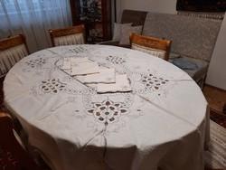 Elegáns , dúsan csipkézett, kézimunkás  ebédlőasztalterítő szalvétákkal
