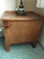 Fa éjjeliszekrény barna polcos a múlt század közepéről Kecskeméten eladó.