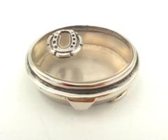 Szerencsedoboz ezüst üveggel patkóval díszítve