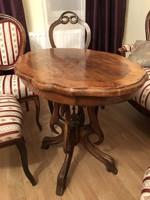 Ovális poliplábú asztal