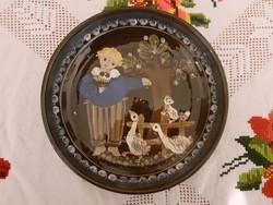 Kézzel festett gyönyörű falitányér, KOHLER BIEL, svájci kerámia manufaktúra, fiú, liba, cica