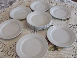 Retro fehér süteményes tányérok kínálóval