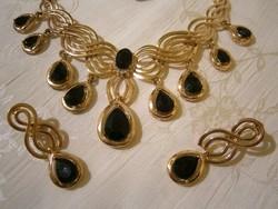 B_002 Arany színű ékszer szett fekete kövekkel: nyakék, gyűrű, fülbevaló
