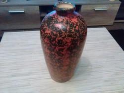 Iparművészeti kerámia váza.