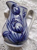 Jelzetlen, kék-fehér antik fajansz kanna kidomborodó tulipánokkal