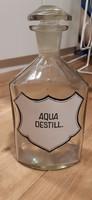 Aqua destillata feliratú címkézett patikai üveg