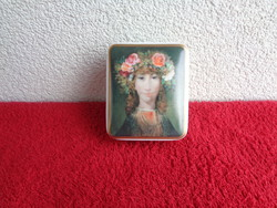 Szász Endre festményével díszített Hollóházi ékszertartó. 9 x 7,5 x 4 cm. Valentin napra szép ajánd