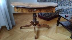 XIX .század végből származó neobarokk fiókos varróasztal