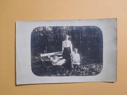 Antik levelezőlap - fotó képeslap, Anya gyermekeivel parkban