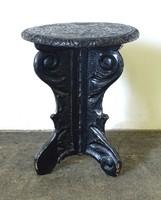 0X573 Antik faragott háromlábú szék