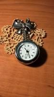Ezüst masnis kitűző órával