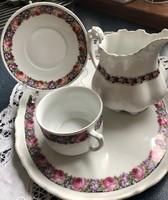 Gyönyörűséges rózsa girlandos teás csésze a hozzáillő tálcával