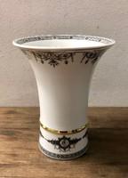 Hollóházi váza, fehér alapon fekete díszítéssel és arany színű díszcsíkkal