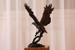 Halászsas zsákmánnyal (bronz szobor)