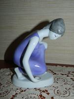 Hollóházi lila ruhás vízmerítő.