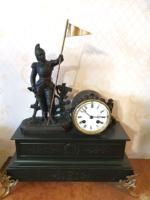 Antik restaurált szobros francia asztali vagy kandallóóra óra