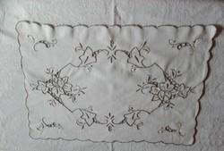 Kézzel hímzett terítő, tálcakendő, 28 x 40 cm