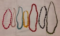 Bizsucsomag színes műagyag gyöngysorokból, nyakláncokból (7 db)