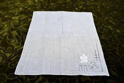 Hímzett , azsúrozott díszzsebkendő , kis terítő , kendő 25 x 27 cm