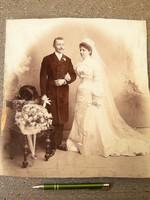 Eladó a menyasszony vőlegénnyel. Fotó műtermi fénykép esküvő -i. Ángyi + a megyéspüspök