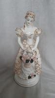 Csipke ruhás porcelán hölgy
