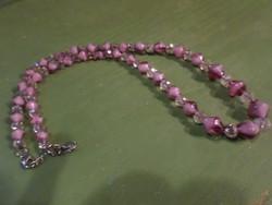 48 cm-es , rózsaszín üveggyöngyökből és fazettált kristálygyöngyökből álló , régi nyaklánc .
