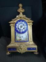 1840 körüli Sevres porcelán betétes, tűzaranyozott bronz óra, Shakespeare büszttel