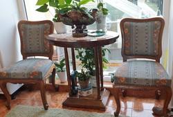 Asztal két székkel