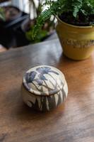 Művészi kerámia doboz - írisz nőszirom mintás finom díszdoboz