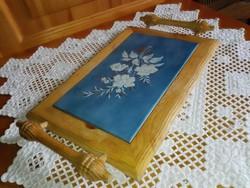 Kerámia betétes tálca, edényalátét faragott fa fotóval.