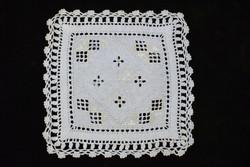 Hardanger hímzés kézimunka lakástextil dekoráció kis méretű terítő 19 x 18,5 cm