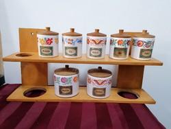 Retro porcelán fűszertartók falra szerelhető tartóban