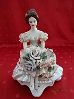 Alba Julia porcelán figura, hölgy virágcsokorral, magassága 19 cm.