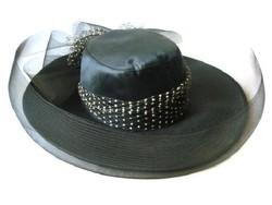Alkalmi Capeline kalap fátyollal, fekete fehér díszítéssel