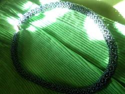40 cm-es , különlegesen fűzött feketés-kékes nyaklánc , erős mágneszárral .
