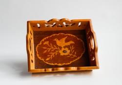 Madaras intarziás - fűrészelt díszű lakkozott fa tálca Erdélyből