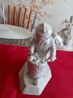 Zsolnay porcelán kislány kosárral.