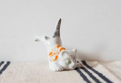 Retro porcelán cica - éppen orra esik - román retro macska figura - Alba Iulia