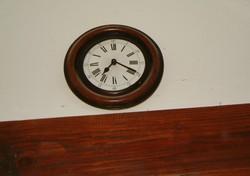 Antik órá nak látszó quarcz fali óra nagyon szép római számos szerintem porcelán számlapos fa keret