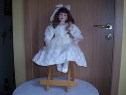 55 cm ülő porcelán baba