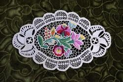 Hímzett riselt kalocsai mintás dísz terítő , asztalközép lakástextil , dekoráció 24,5 x 15,5 cm