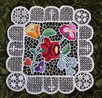 Hímzett riselt kalocsai mintás dísz terítő , asztalközép lakástextil , dekoráció 20 x 19,5 cm
