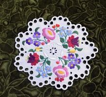Hímzett kalocsai mintás dísz terítő , asztalközép lakástextil , dekoráció 23,5 x 21 cm
