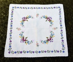 Szőttes vászonra hímzett matyó mintás díszterítő , kis terítő , asztalközép 70 x 65 cm
