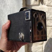 A fényképezőgép,box,film, Brownie junior,six-20., egész jó állapotban,akàr hasznàlatra.Kodak six-20