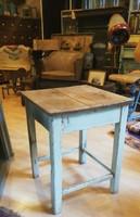 Fa hokedli, ülőke,kopottas kis asztalka , loft
