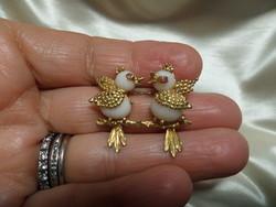 Madárkás arany bross / kitűző fehér korallal